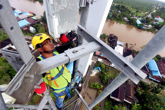 Ilustrasi: Teknisi PT XL Axiata Tbk (XL Axiata) melakukan pemeliharaan perangkat pada menara Base Transceiver Station (BTS) di kawasan Lok Baintan, Kabupaten Banjar, Kalimantan Selatan, Minggu (15/4/2019). - Bisnis/Rachman