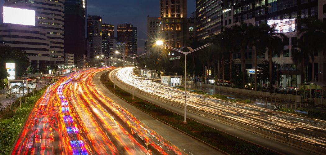 Kendaraan melaju di antara gedung bertingkat di Jalan Jenderal Sudirman, Jakarta, Kamis (14/11/2019). - ANTARA FOTO/Aprillio Akbar