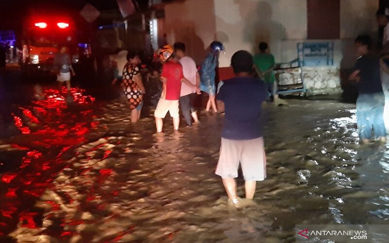 Banjir bandang di Kota Gorontalo, Jumat (3/7/2020). - Antara/Debby Mano