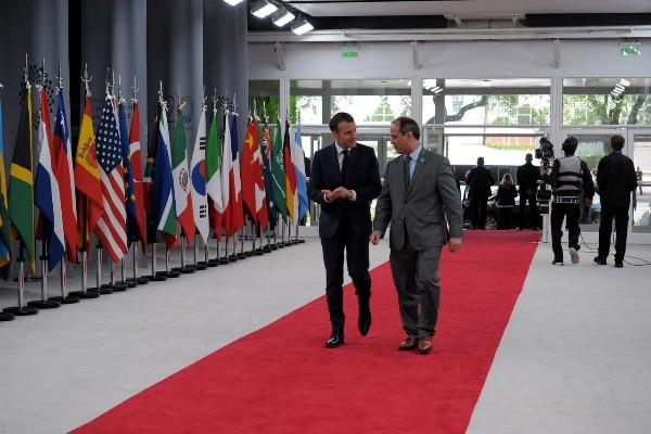 Presiden Perancis Emmanuel Macron memasuki ruangan Costa Salguero - Official G20 Argentina 2018