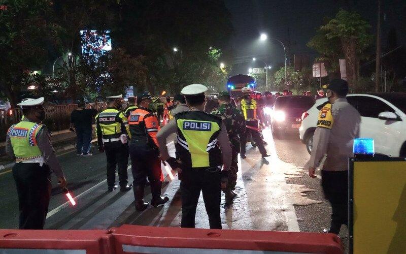 Penutupan jalan dalam rangka pemberlakukan jam malam di Kabupaten Sidoarjo Jawa Timur. - Antara/Indra