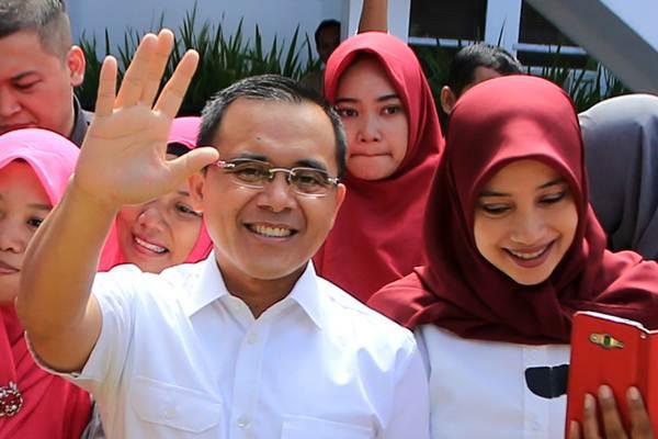 Bupati Banyuwangi Abdullah Azwar Anas (kiri) menemui guru dan anak-anak sekolah Paud di Kantor Bupati Banyuwangi, Jawa Timur, Senin (8/1). - ANTARA/Budi Candra Setya