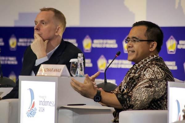 Bupati Banyuwangi  Azwar Anas (kanan) dan Deputy Team Leader Water and Sanitation Jim Coucouvinis memberikan paparan dalam seminar Managing Urbanisation for Sustainable Cities di Jakarta, Selasa (19/12). - JIBI/Felix Jody Kinarwan