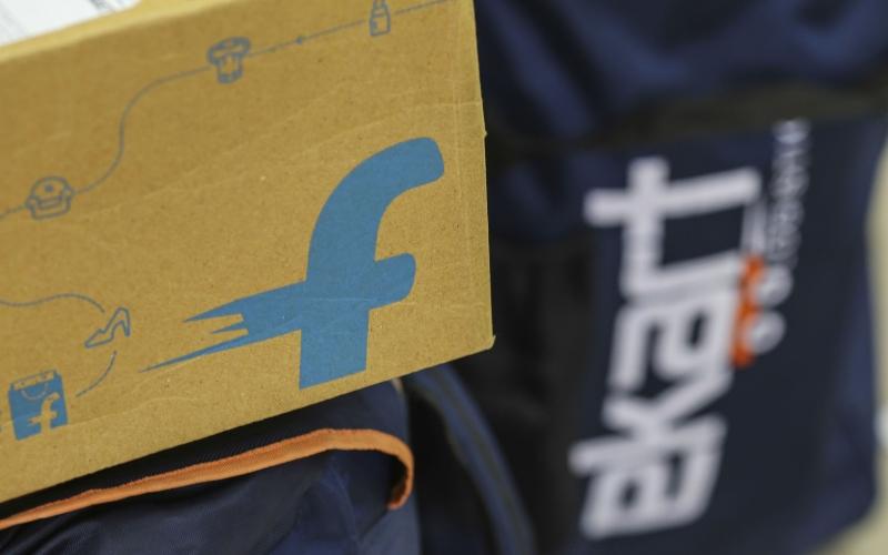 Logo Flipkart Online Services Pvt terpampang di sebuah paket di kantor e-commerce asal India tersebut di Bengaluru, India, Rabu (26/10/2016). - Bloomberg/Dhiraj Singh