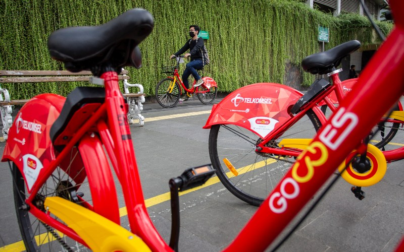 Warga menaiki sepeda Gowes di kawasan Bundaran HI, Jakarta, Sabtu (4/7/2020). Pemprov DKI Jakarta menyediakan layanan Bike Sharing berbasis aplikasi untuk masyarakat perkotaan yang terdapat di sembilan lokasi sementara sebanyak 200 unit dengan tarif Rp3.000 per 15 menit dan jam operasional pukul 06.00-18.00 WIB. - ANTARA FOTO/Dhemas Reviyanto