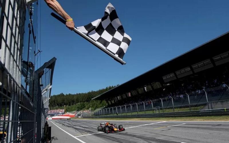 Pebalap Red Bull Max Verstappen memasuki finis Formula 1- Austrian Grand Prix-Red Bull Ring, Spielberg, Austria, Minggu (30/6/2019). - Antara/Reuters