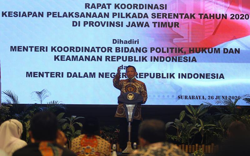 Menteri Dalam Negeri Tito Karnavian memberikan arahan saat Rapat Koordinasi Kesiapan Pelaksanaan Pilkada Serentak Tahun 2020 di Surabaya, Jawa Timur, Jumat (26/6/2020). Rapat yang dihadiri perwakilan dari KPU Provinsi Jawa Timur, Bawaslu Jawa Timur dan sejumlah kepala daerah kabupaten/kota tersebut membahas isu strategis dalam rangka memantapkan pelaksanaan Pilkada serentak tahun 2020 dengan penerapan secara ketat protokol kesehatan untuk mencegah penyebaran COVID-19. - ANTARA FOTO/Moch Asim