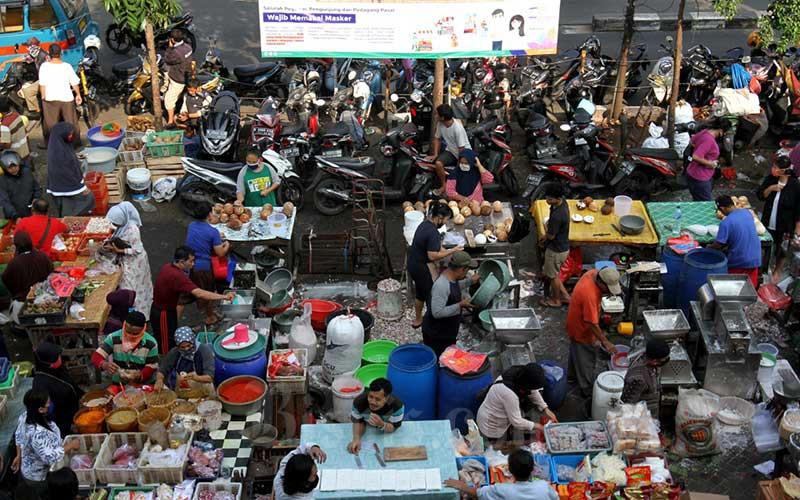 Pedagang melayani pembeli di pasar Pondok Labu, Jakarta, Kamis (23/4/2020). - Bisnis/Arief Hermawan P