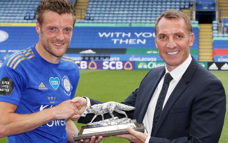 Jamie Vardy (kiri) menerima penghargaan dari klub Leicester City setelah mencetak gol ke-100 dan ke-101 sepanjang Liga Primer Inggris, berpose bersama pelatih Brendan Rodgers. - Twitter@LCFC