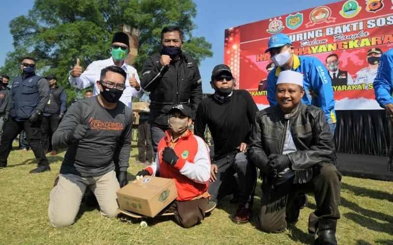 Ketua Gugus Tugas Percepatan Penanggulangan Covid-19 Jawa Barat Ridwan Kamil bersama Forkopimda Jabar membagikan ribuan paket sembako di empat daerah, yakni Kab. Tasikmalaya, Ciamis, Pangandaran, dan Kota Banjar, Minggu (5/7 - 2020).