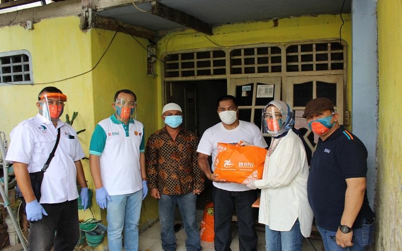 BNI Wilayah Makassar menyalurkan bantuan sembako kepada masyarakat terdampak Covid-19 bertepatan dengan peringatan HUT ke-74 perseroan, Minggu (5/7 - 2020).