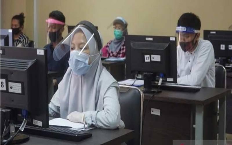 Pelaksanaan Ujian Tulis Berbasis Komputer (UTBK) di Universitas Tidar (Untidar) Magelang. - Antara\n\n