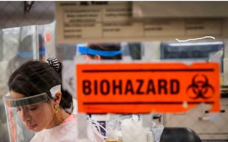 Ilmuwan melakukan test sampel Covid-19 di dalam laboratorium di Dinas Kesehatan New York City, Amerika Serikat, Kamis (23/4/2020). - ANTARA/REUTERS/Brendan McDermid