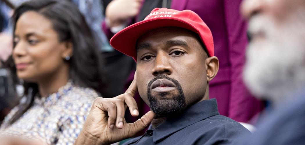 Kanye West mendengarkan pernyataan Presiden AS Donald Trump ketika dirinya diundang ke Gedung Putih, Washington DC, AS, Kamis (11/10/2018). - Bloomberg/Andrew Harrer