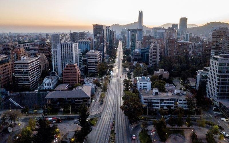 Jalan protokol di ibukota Chile, Santiogo lengang seiring dengan kebijakan karantina yang diterapkan pemerintah. Perekonomian Chile terkontraksi paling dalam sejak 2009 dan diperkirakan akan membuurk seiring dengan penurunan permintaan komoditas tembaga, angggur, dan salmon, tiga komoditas ekspor utama Chile. - Bloomberg.