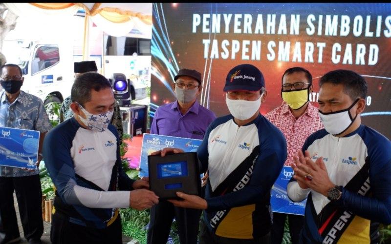 Bank Jateng Cabang Pati bekerja sama dengan PT Taspen (Persero) menyerahkan Taspen Smartcard kepada para nasabah pensiunan, Jumat (3/7 - 2020). Taspen Smartcard bertujuan mempermudah nasabah pensiunan untuk mengambil dana pensiun tanpa harus antre di bank. (Foto: Istimewa)