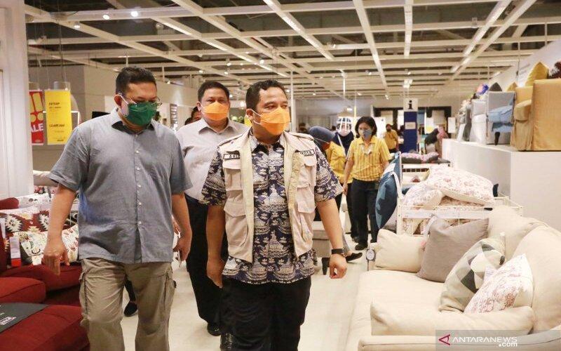 Wali Kota Arief saat memantau penerapan protokol kesehatan di pusat perbelanjaan pada akhir pekan lalu.