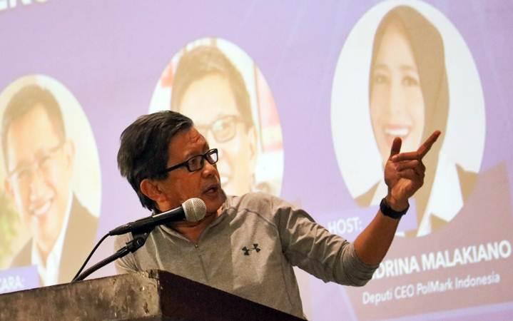 Pakar filsafat politik Indonesia Rocky Gerung memberikan pemaparan saat Forum Pikiran, Akal dan Nalar (Roadshow Polmark Indonesia dan Partai Amanat Nasional) di Surabaya, Jawa Timur, Selasa (5/3/2019). - ANTARA/Didik Suhartono