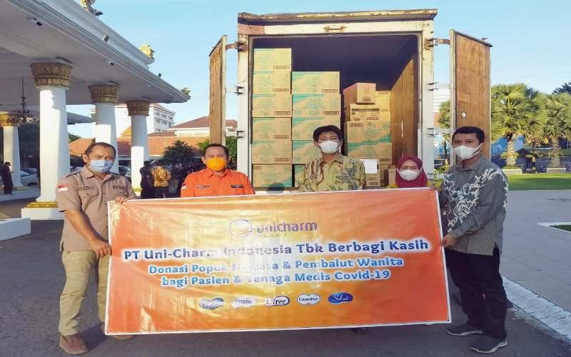Penyerahan bantuan popok dewasa PT Uni-Charm Indonesia kepada Gugus Tugas Covid-19 Jawa Timur. - Istimewa