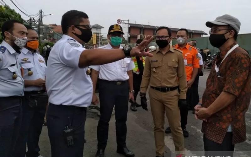 Wali Kota Bogor Bima Arya Sugiarto (baju cokelat), saat meninjau Stasiun Bogor, Senin (15/6/2020). - Antara