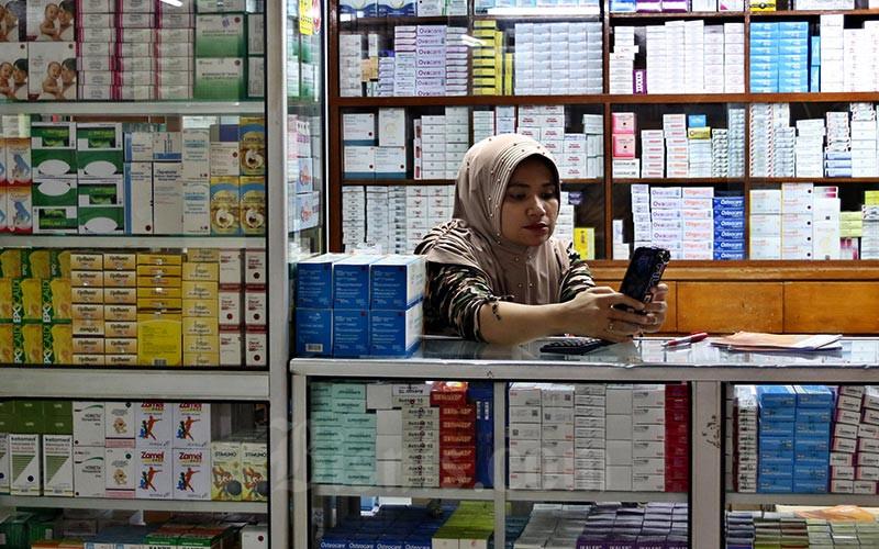 Pedagang obat menunggu pembeli di Pasar Pramuka, Jakarta, Selasa (11/02/2020). Bisnis - Eusebio Chrysnamurti