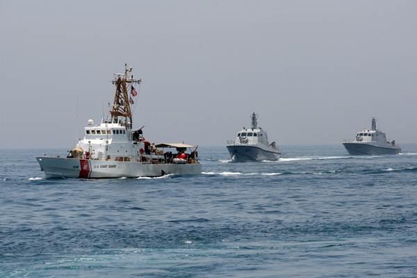 Ilustrasi -  Kapal-kapal militer terlihat saat latihan bersama Angkatan Laut AS dan Qatar di Teluk Arab, Qatar, 16 Juni 2017. - Reuttrs