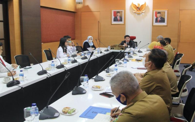 Gubernur Sumsel Herman Deru (tengah) saat menerima audiensi PT Agrinas di ruang kerjanya. istimewa