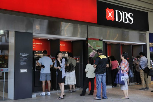 Nasabah tengah antre ATM DBS Bank - Bloomberg.com