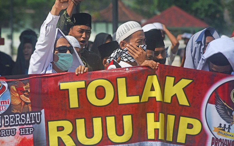 Sejumlah warga yang tergabung dalam Forum Ormas Banten Bersatu (FOBB) berunjuk rasa menolak RUU Haluan Ideologi Pancasila (HIP) di halaman Masjid Agung Kesultanan Banten di Kasemen, Serang, Jumat (26/6/2020). - ANTARA FOTO/Asep Fathulrahman