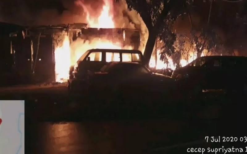 Tangkapan layar video kebakaran landa sebuah bengkel di jalan Raya Lenteng Agung, Jagakarsa, Jakarta Selatan, diduga disebabkan oleh bakar sampah, Selasa (7/7/2020). - Antara