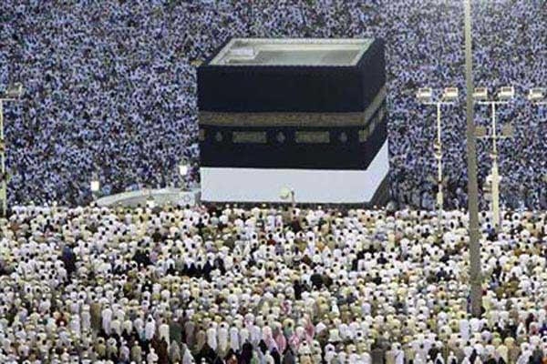 Jemaah haji menunaikan salat fardhu di Masjidil Haram di Mekkah, Arab Saudi - Reuters/Amr Abdallah Dalsh