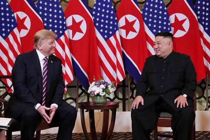 Presiden Amerika Serikat Donald Trump (kiri) bertemu Pemimpin Korea Utara Kim Jong-un, di Hanoi, Vietnam, Rabu (27/2/2019). - REUTERS/Leah Millis