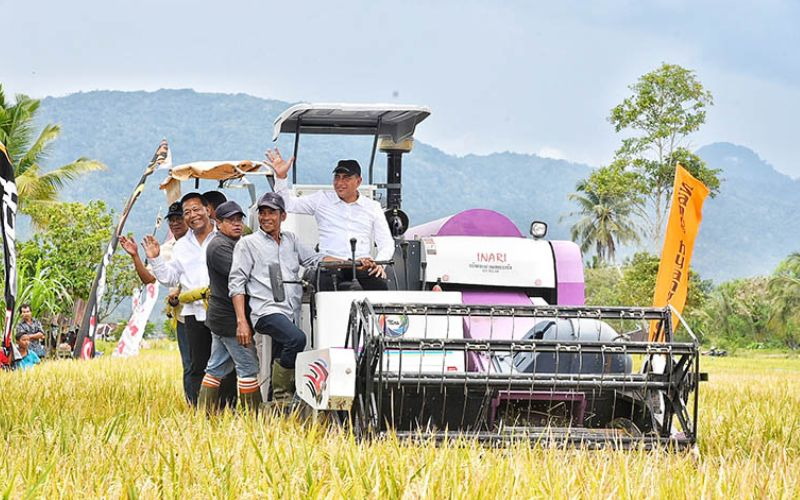 Gubernur Sumatra Utara Edy Rahmayadi bersama para petani saat Panen Raya Padi di Mandailing Natal, Sumut - humas.sumutprov.go.id
