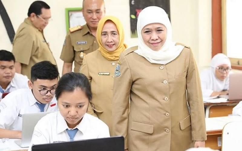 Gubernur Jawa Timur Khofifah Indar Parawansa di antara siswa di Jawa Timur. - Instagram @khofifah.ip