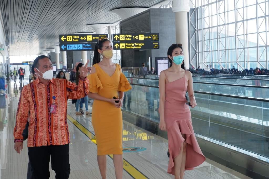 Putri Indonesia 2020 saat mengunjungi Bandara Internasional Yogyakarta.