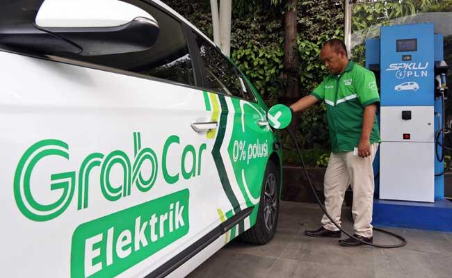 Sopir taksi online melakukan pengisian daya mobil listrik di Jakarta, Kamis (13/2/2020). Bisnis - Eusebio Chrysnamurti