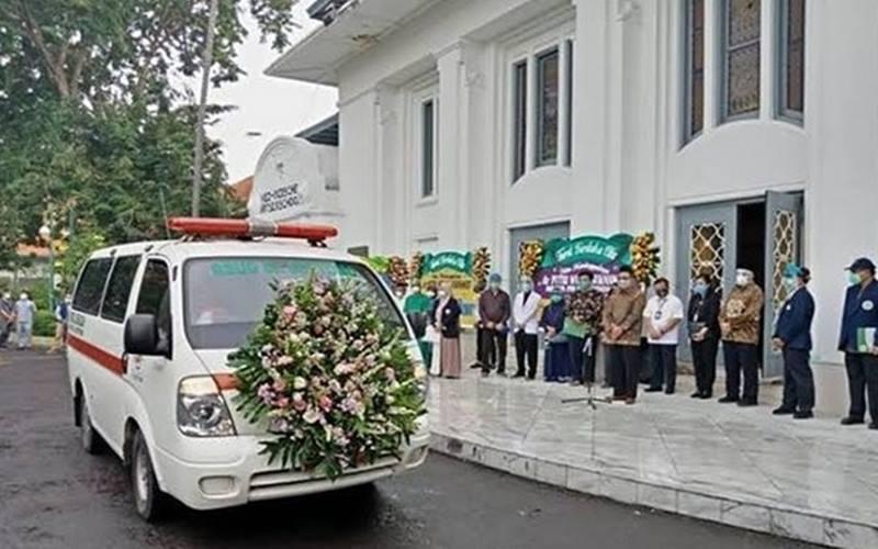 Prosesi penghormatan jenazah dr Putri Wulan Sukmawati di Fakultas Kedokteran Universitas Airlangga Surabaya, Senin (6/7/2020). - Antara