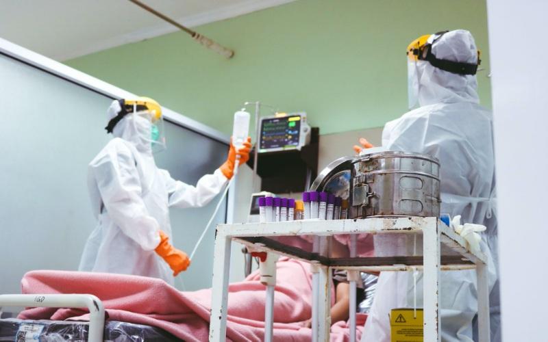 Ilustrasi / Tenaga medis penanganan Covid/19 memeriksa pasien di RSUD Kabupaten Musi Banyuasin. istimewa