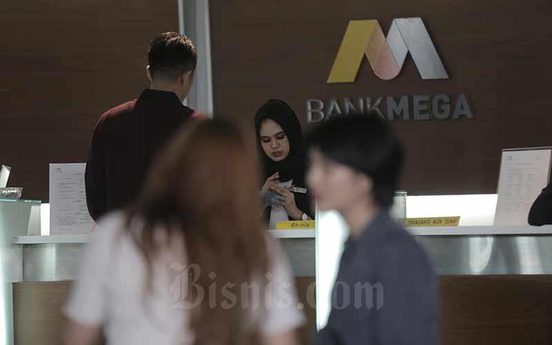 Karyawan melayani nasabah di salah satu kantor cabang PT Bank Mega Tbk (MEGA) di Jakarta, Selasa (2/7/2019). Bisnis - Nurul Hidayat