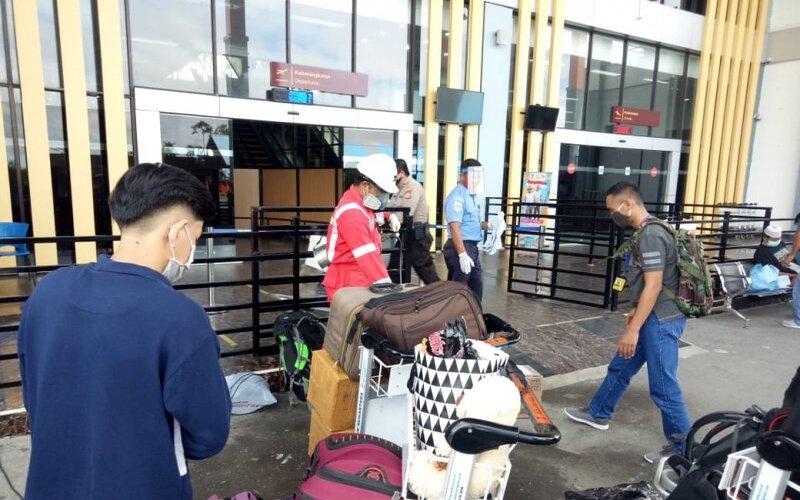 Petugas memeriksa calon penumpang di bandara. - Antara