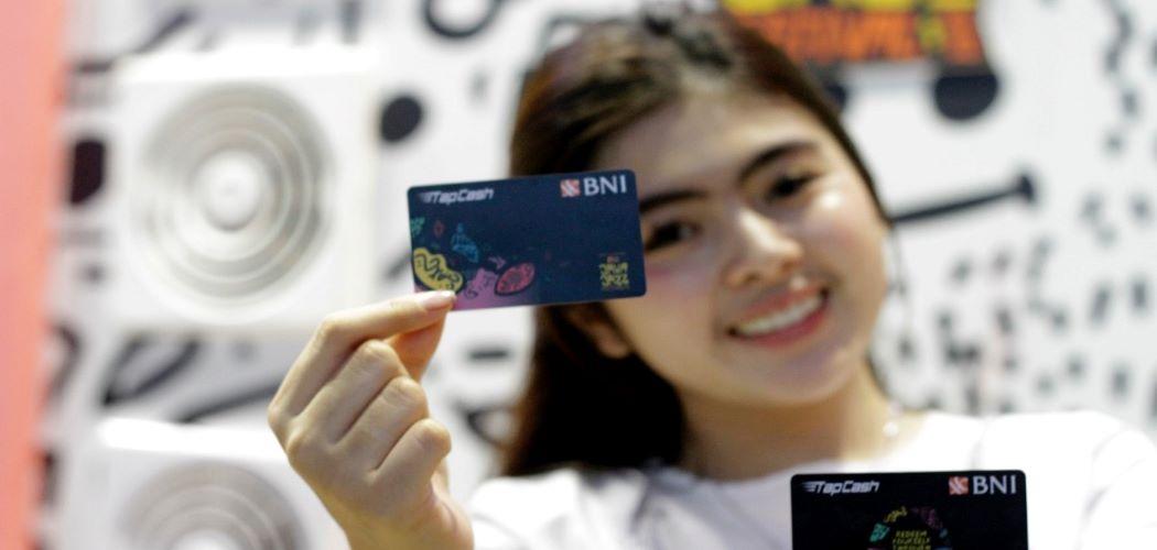 Karyawan menunjukkan uang elektronik BNI. - Istimewa