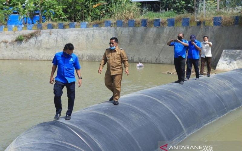 Wali Kota Banda Aceh Aminullah Usman saat meninjau bendungan karet Lambaro di Kabupaten Aceh Besar, beberapa waktu lalu. - Antara Aceh/HO