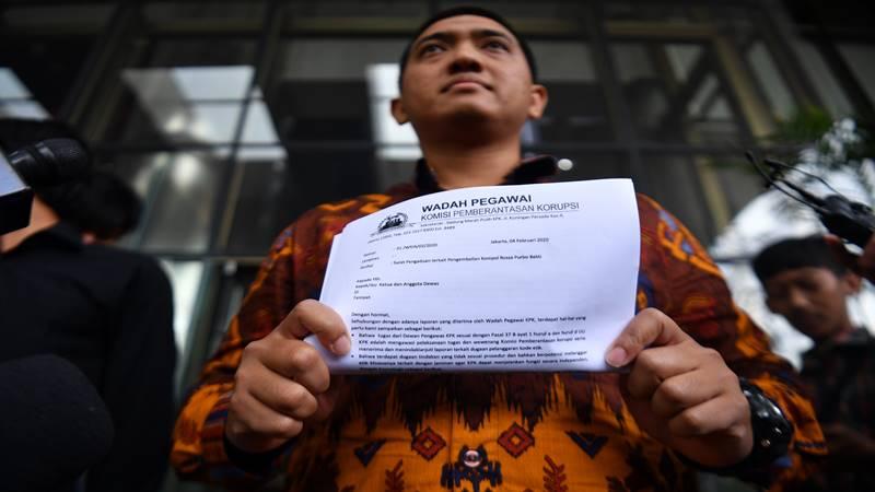 Peneliti Indonesia Corruption Watch (ICW) Kurnia Ramadhana (tengah). - Antara