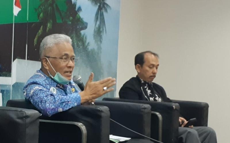 Anggota Fraksi PAN Guspardi Gaus (kiri) memberikan pendapatnya dalam diskusi bertajuk 'RUU Pemilu mau dibawa kemana?' di Gedung DPR, Selasa (7/7 - 2020). Diskusi itu juga menghadirkan Anggota Fraksi PKB Yanuar Prihatin (kanan) dan Anggota Fraksi PPP Arwani Tohmafi serta pengamat politik Heri Budianto yang hadir secara virtual.