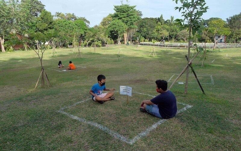 Sejumlah warga bersantai di kotak tempat berjemur yang disiapkan masing-masing maksimal untuk empat orang menjelang penerapan tahap pertama normal baru di Taman Kota Denpasar, Bali, Senin (6/7/2020). Pemerintah Kota Denpasar berencana membuka ruang publik, obyek wisata dan tempat hiburan secara bertahap dengan menerapkan peraturan khusus sesuai protokol kesehatan Covid-19 yang dimulai pada 9 Juli 2020. - Antara/Nyoman Hendra Wibowo