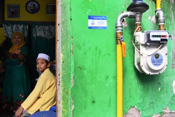 Seorang santri berada di samping meteran gas jaringan gas bumi rumah tangga di sekitar Pondok Pesantren As-Salafiyah, Pasuruan, Jawa Timur, Selasa (8/1/2019). - ANTARA/Zabur Karuru
