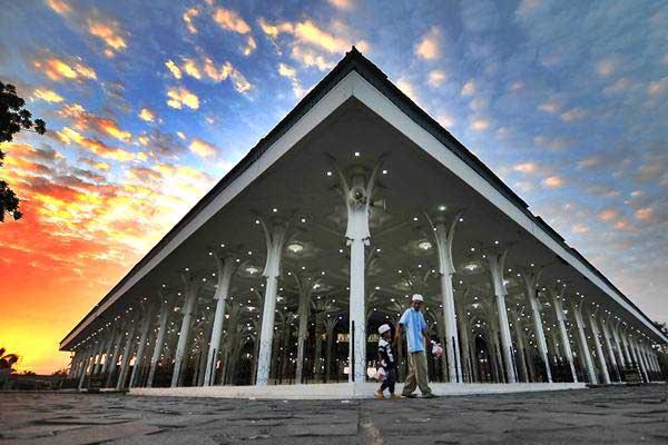 Ilustrasi: Umat muslim melintasi pelataran Masjid Agung Al-Falah atau Masjid Seribu Tiang di Jambi, Minggu (4/6). - Antara/Wahdi Septiawan