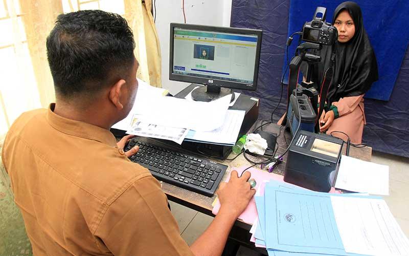 Ilustrasi-Petugas Dinas Kependudukan dan Catatan Sipil (Disdukcapil) melakukan pendataan dan perekaman KTP elektronik. - ANTARA/Syifa Yulinnas