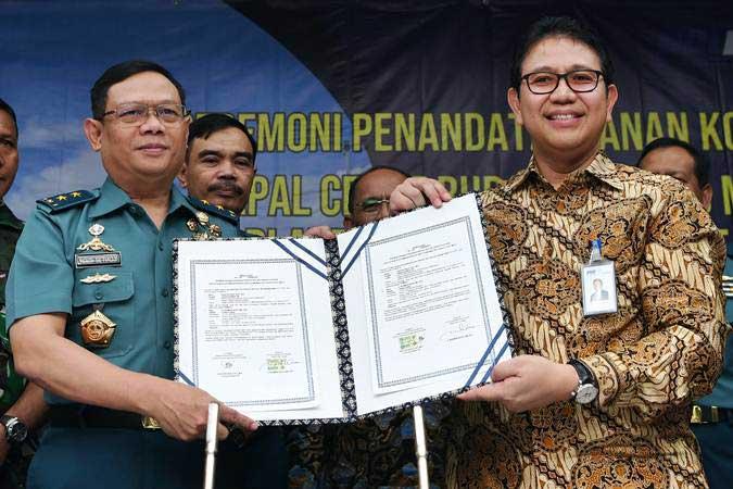 Dirut PT PAL Indoensia Budiman Saleh (kanan) saat menunjukkan dokumen kontrak pengadaan Kapal Cepat Rudal 60 Meter (KCR 60M) untuk Kementerian Pertahanan, (25/2/2019). Hari ini KPK mengagendakan pemeriksaan Budiman Saleh terkait korupsi di PT Dirgantara Indonesia - ANTARA/Zabur Karuru