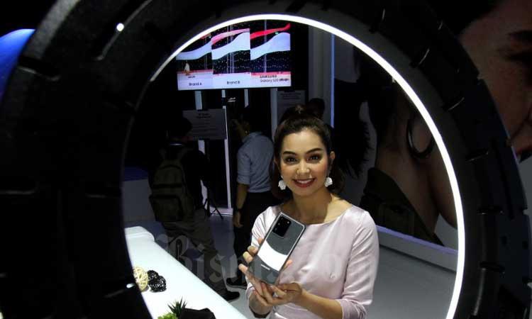 Model melakukan swafoto menggunakan ponsel Samsung Galaxy S20 Series saat peluncurannya di Jakarta, Rabu (4/3/2020). Bisnis - Arief Hermawan P.